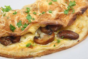 Omelet con champiñones, ciboulette y tocino