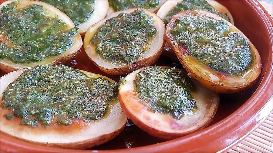 Patatas asadas con salsa de albahaca