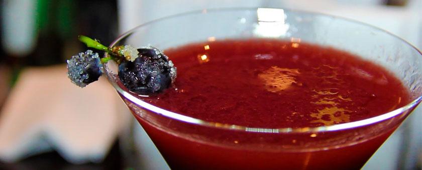 Cóctel de uva y albahaca